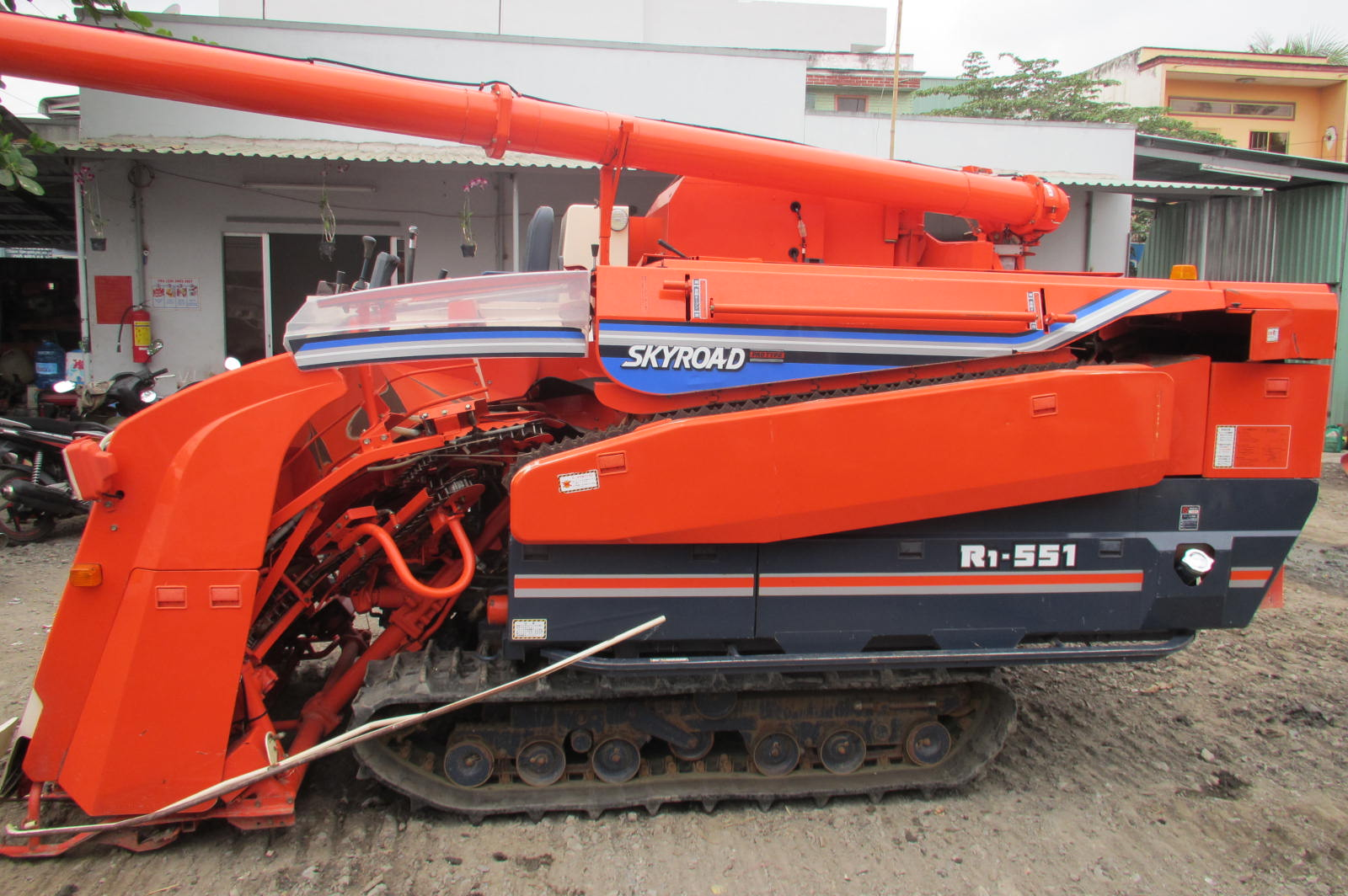 Máy gặt đập liên hợp Kubota R1-551 hinh anh 1